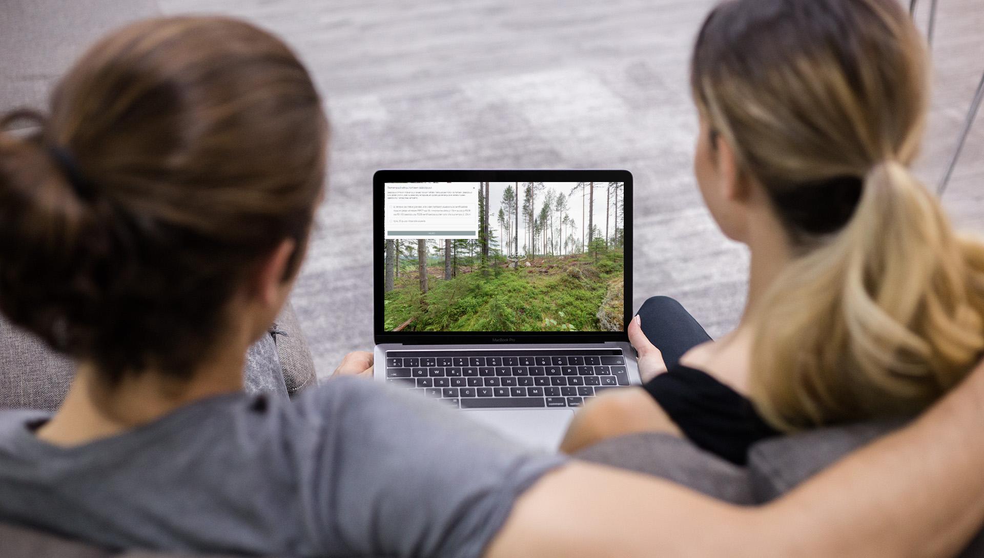 Kaksi henkilöä katselee luho oppimisympäristöä tietokoneelta.
