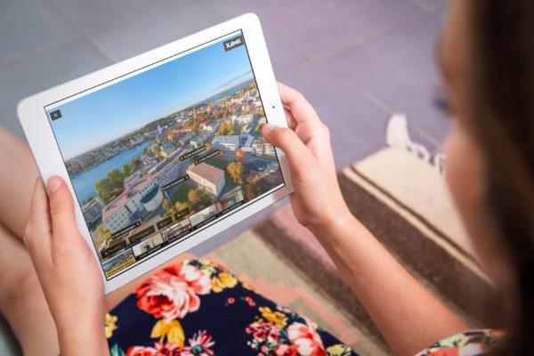 Nainen selaa Xamk360 ympäristöä iPadilla.