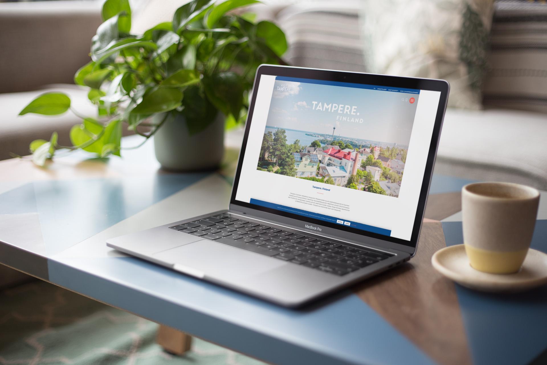 Visittampere.fi etusivu MacBook Pron näytöllä.