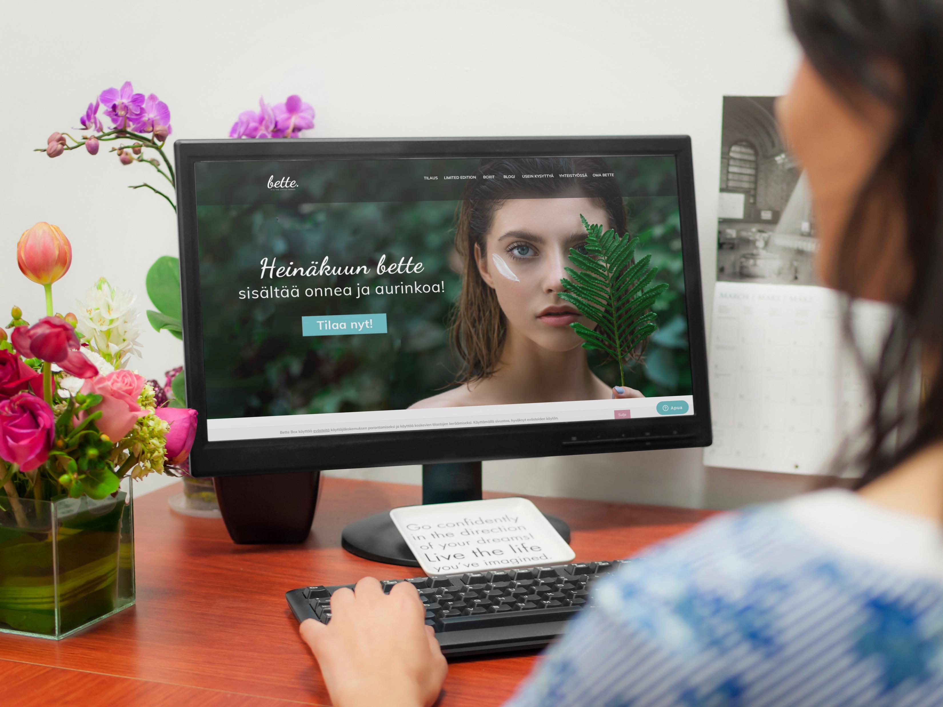 Nainen katselee bettebox.fi verkkokaupan etusivua tietokoneen näytöltä.