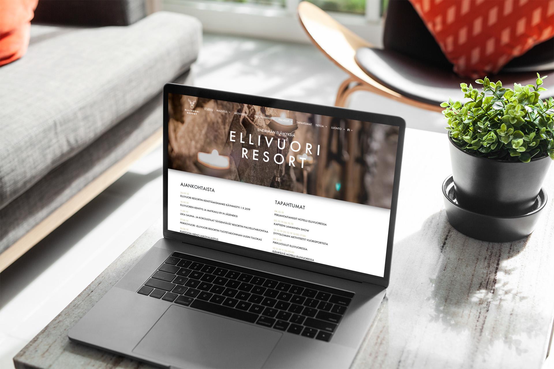 Ellivuoriresort.fi etusivu kannettavan tietokoneen näytöllä, joka on sohvapöydällä.
