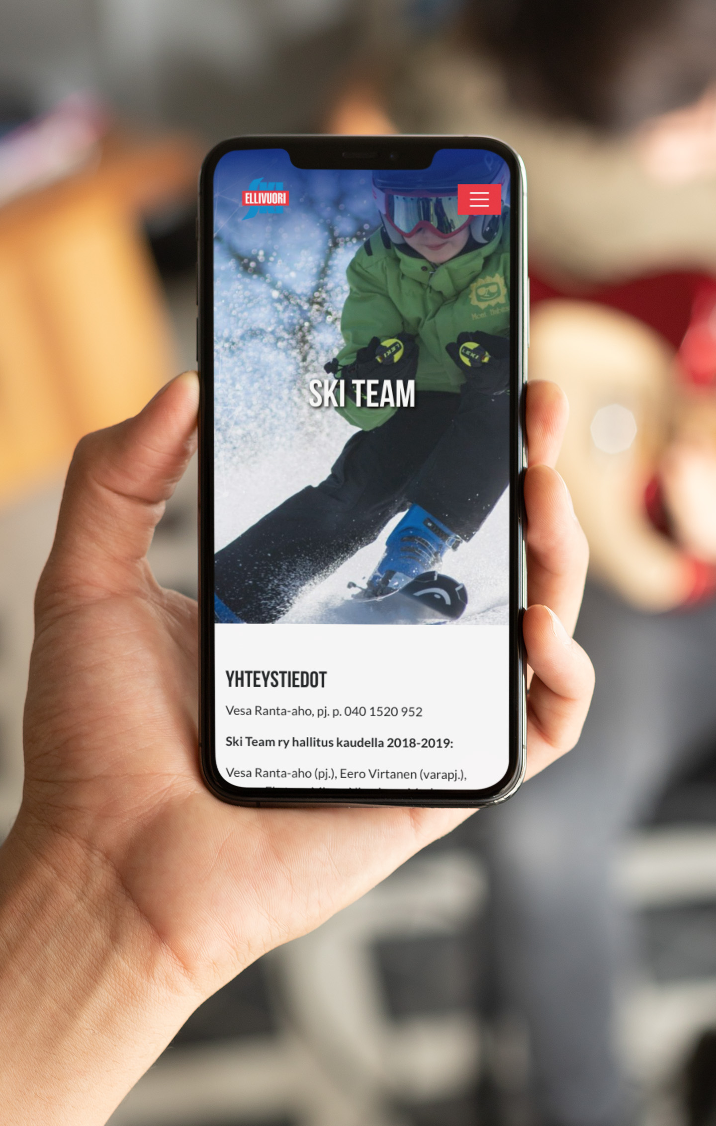 Ellivuori.fi Ski team sivu iPhone X:n näytöllä.